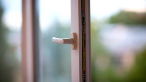 В Запорожье 5-летняя девочка выпала из окна четвертого этажа