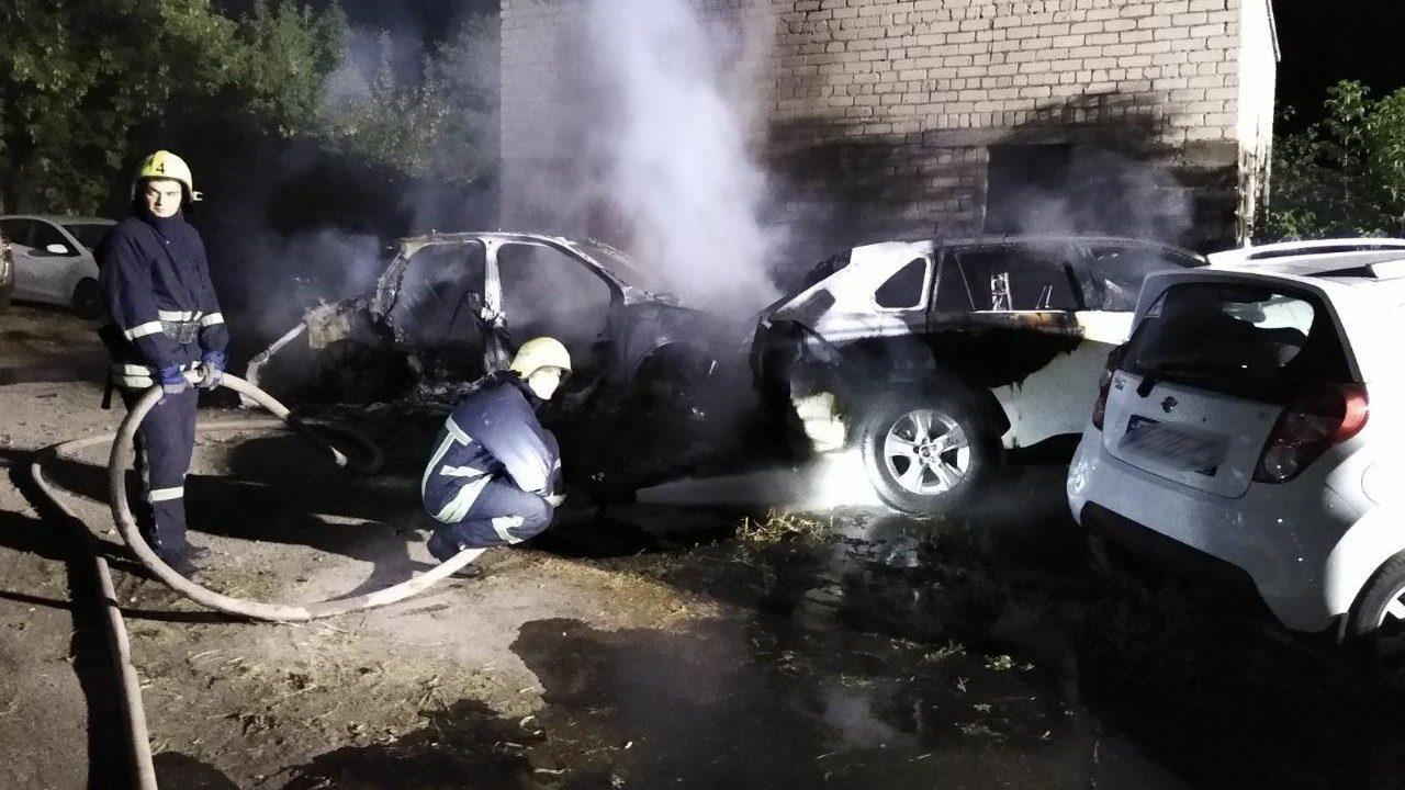 В Запорожье на стоянке сгорели две иномарки, – ФОТО