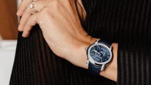 Ювелірні прикраси та брендові годинники як елементи обраного образу