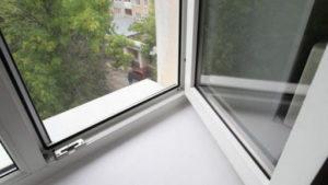 В Запорожье 12-летняя девочка выбросилась из окна после расставания с парнем