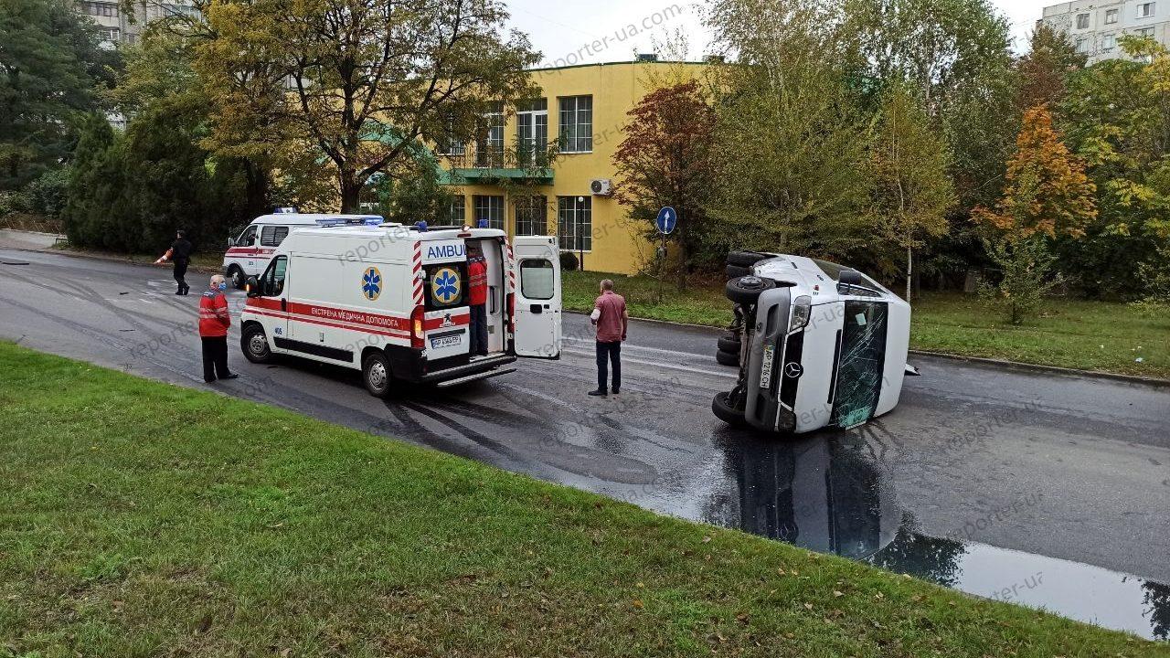 В Запорожье перевернулась маршрутка: на месте происшествия работают три кареты скорой помощи, – ФОТО, ВИДЕО