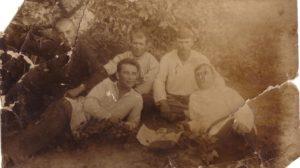 Сторінками моди: як одягалися мешканці Гуляйполя в період німецької окупації міста, — ФОТО