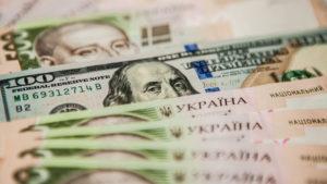 У запорізької пенсіонерки з квартири вкрали 50 тисяч гривень та 4 тисячі доларів: поліція шукає зловмисниць