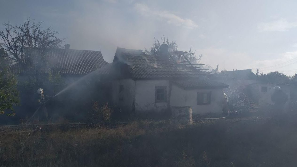 В Запорожье горел нежилой дом: ГСЧС-ники потушили пожар