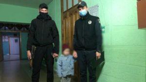 Поліцейські Бердянську повернули додому дитину, одягнену лише в білизну