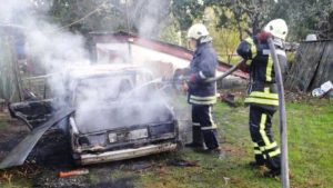 На Запоріжжі палала автівка: машину гасило 5 рятувальників, — ФОТО