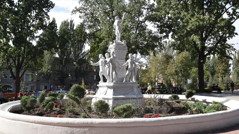 Мало зелени, много лавочек: как в Запорожье выглядит сквер Пионеров после реконструкции за 17 миллионов гривен, – ФОТОРЕПОРТАЖ