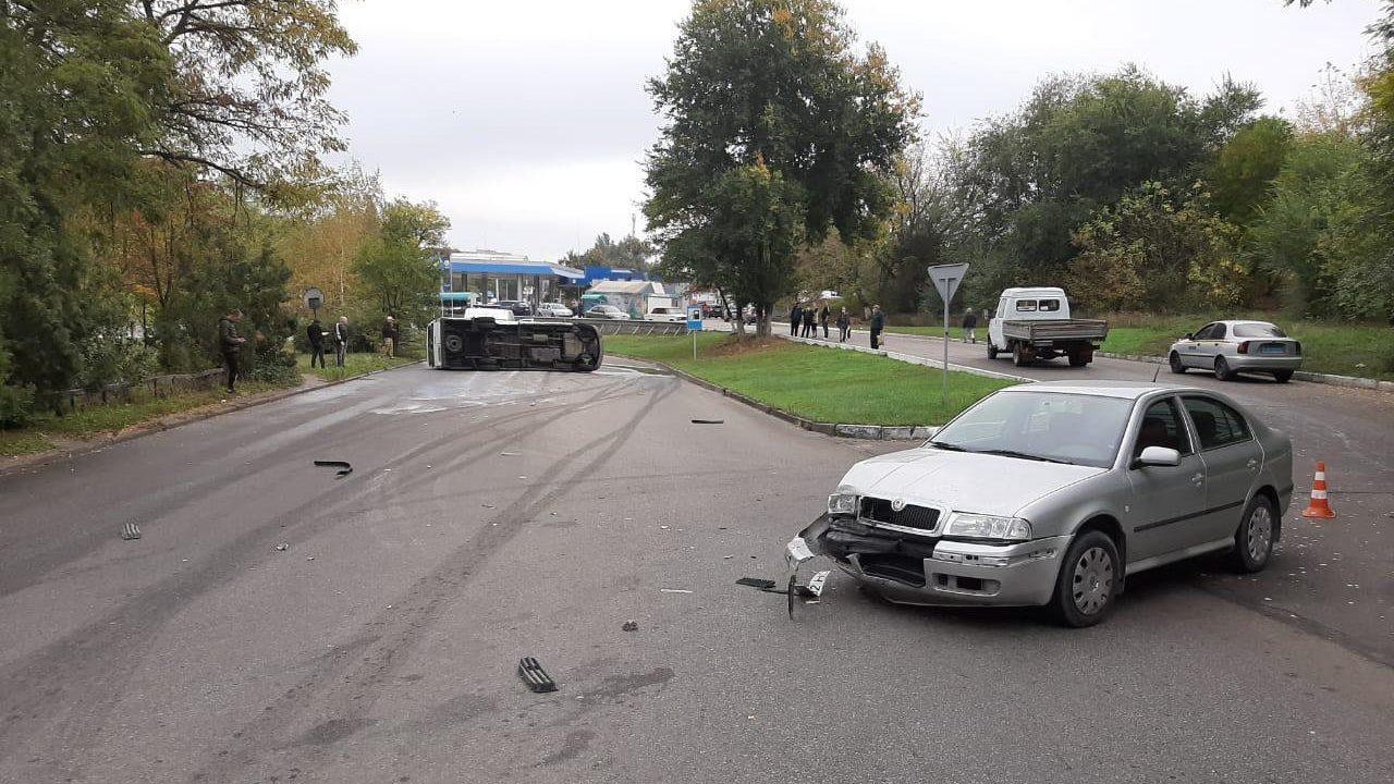 В Запорожье в ДТП перевернулась маршрутка: в полиции рассказали подробности, – ФОТО