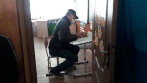 Под Запорожьем избиратели голосовали не в кабинках, а за партами в классе, – ВИДЕО