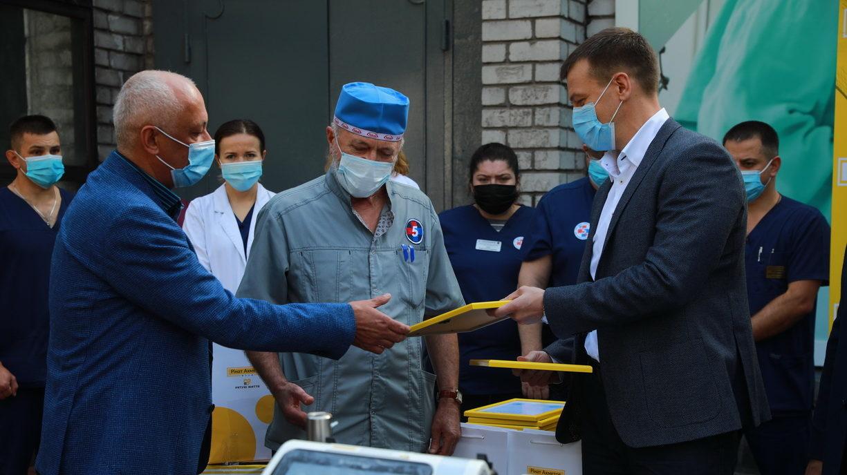 Фонд Рината Ахметова передал медикам Запорожья четыре аппарата ИВЛ