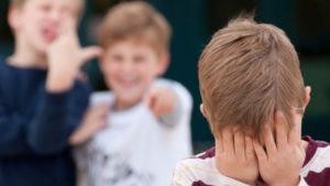 В Запорожье двое парней издевались над ребенком на остановке