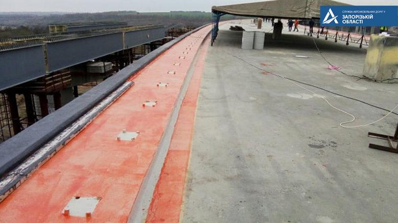 В Запорожье обустраивают будущие тротуары нового моста с Хортицы на Бабурку, – ФОТО