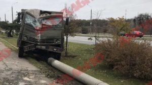 В Запорожье на Набережной грузовик вылетел с дороги, снес два дерева и бетонный столб, – ФОТО, ВИДЕО