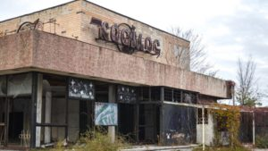 В Запорожье разрушается здание легендарного кинотеатра «Космос»: внутри поселились бездомные, – ФОТОРЕПОРТАЖ