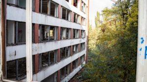 В центре Запорожья разрушается заброшенное здание института «Запорожгражданпроект», – ФОТОРЕПОРТАЖ