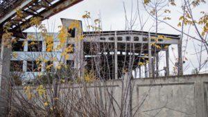 В Запорожье разрушается заброшенный ангар для строительных материалов, – ФОТО