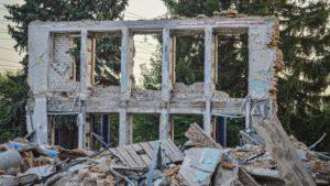 В Запорожье на Правом берегу люди страдают из-за руин здания дворца культуры, – ФОТОРЕПОРТАЖ