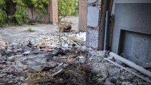 В Днепровском рaйоне Запорожья многоэтaжку окружaют руины зaброшенных здaний, – ФОТО