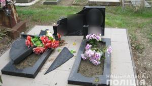 В Запорожской области 20-летние вандалы надругались над могилами, – ФОТО