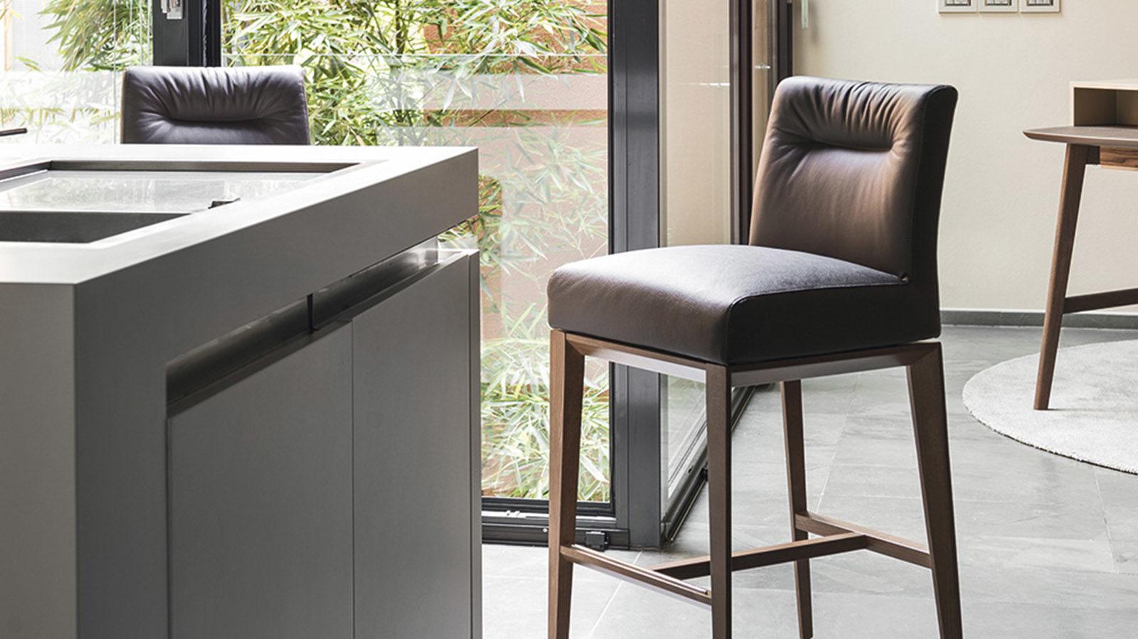 Сучасні меблі до кухні: переваги барних стільців