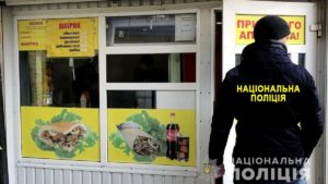В Запорожье задержали иностранца, который нелегально работал в киоске шаурмы, – ФОТО