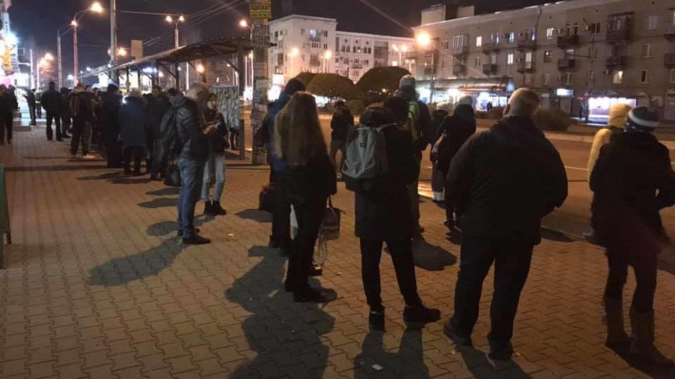 Мешканці Запоріжжя більше години чекають на громадський транспорт у віддалені районі міста