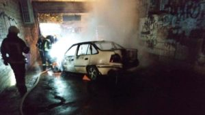 В центральной части Запорожья горела машина: на месте работали 9 спасателей, - ФОТО