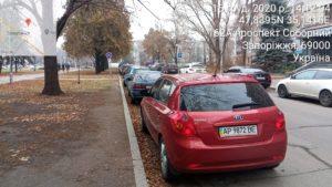 Почти два десятка водителей, которые оставили машины в центре Запорожья, получили штрафы за неправильную парковку