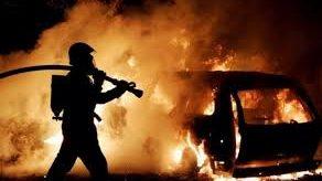 В Запорожье загорелся мотор машины: на месте работали ГСЧС-ники
