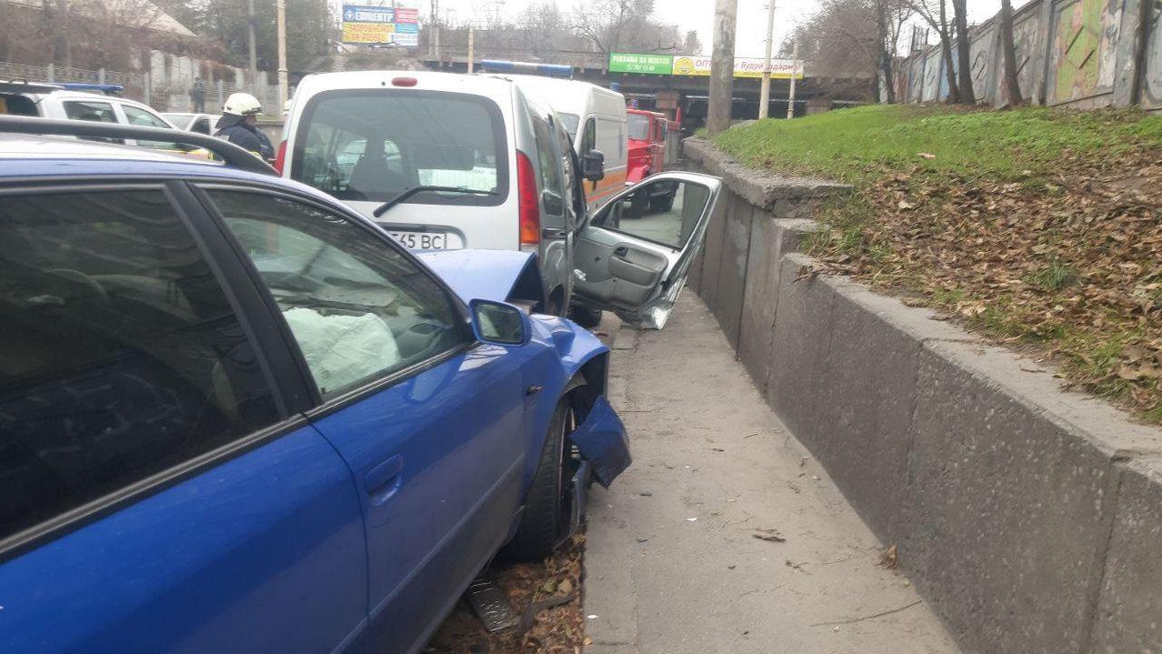 В Комунарському районі через ДТП в машині застрягла пасажирка, — ФОТО