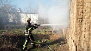 В пожаре в Запорожской области травмировалась молодая девушка: с места происшествия ее забрала