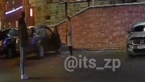 В центрі Запоріжжя біля ТЦ напали на дівчину в її ж автівці, — ФОТО