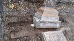 В смт під Запоріжжям — черговий випадок вандалізму на кладовищі