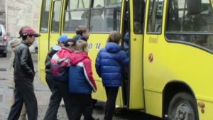 Школярі у Запоріжжі тимчасово залишаться без пільгового проїзду