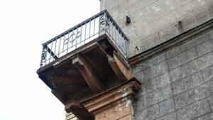 В центре Запорожья разрушается балкон на доме-исторической памятке, — ФОТО