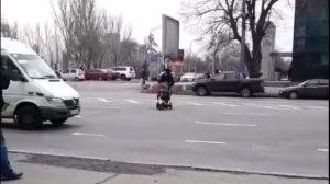 Хочу здесь: в Запорожье женщина с коляской переходила через проспект в неустановленном месте, — ВИДЕО