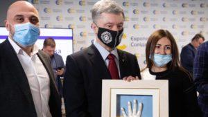 Запорожская мастерица сделала и подарила лично слепок руки Петра Порошенко