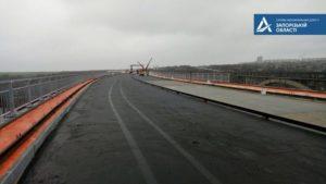 В Запорожье уже начали укладывать асфальт на новом мосту с Хортицы на Бабурку, – ФОТОРЕПОРТАЖ