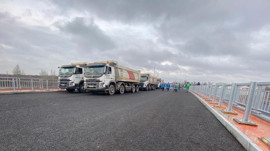 В Запорожье новый мост на Бабурку проверили на прочность: по нему проехали 8 многотонных грузовиков, – ФОТОРЕПОРТАЖ