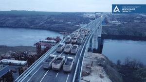 В Запорожье новый мост на Бабурку перед открытием снова испытали на прочность: по нему проехали 18 многотонных грузовиков, – ФОТОРЕПОРТАЖ