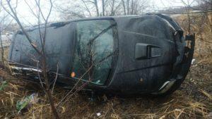 На запорожской трассе внедорожник вылетел с дороги и перевернулся: погибла пассажирка, трое людей попали в больницу, – ФОТО
