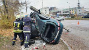 В Комунарському районі сталась смертельна аварія: Lanos врізався в електричний стовб, — ФОТО