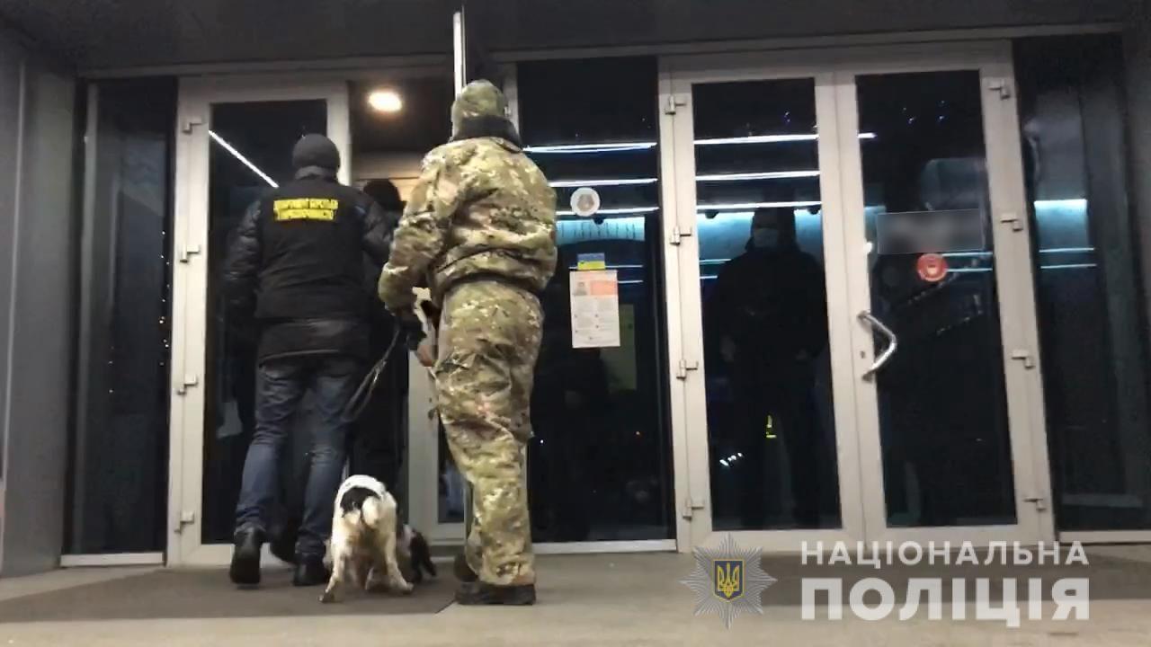 Вход по паролю: в Запорожье полиция «накрыла» лаунж-бар, который вопреки карантину работал ночью, – ФОТО, ВИДЕО