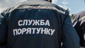 В Запорожье во дворе застрял автомобиль: понадобилась помощь спасателей