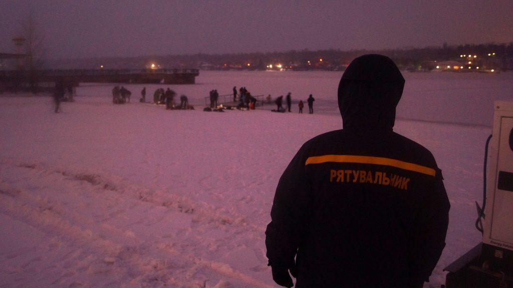 Сколько жителей Запорожской области успело окунуться в прорубь до 9 утра