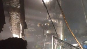 В Дніпровському районі Запоріжжя згорів будівельний магазин, — ФОТО