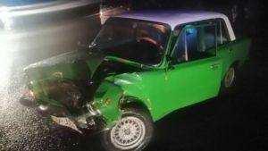 В Запоріжжі зіткнулись два ВАЗи: одного з водіїв довелося витягати з машини