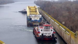 В Запорожье по Днепру направляется гигантский кран для строительства мостов, – ФОТО