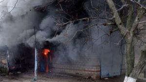 Черниговский район: горела пристройка и автомобиль в ней, — ФОТО