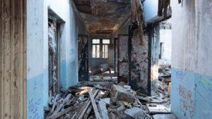 В Запорожье на Хортице практически разрушили заброшенное здание ЦИМЕЖа, – ФОТОРЕПОРТАЖ